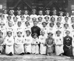 JG 1908/09 Kommunion Mädchen mit Kaplan Diener