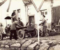 Kunkel Alois beim Holzschneiden um 1960