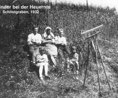 Kinder bei der Heuernte 1932