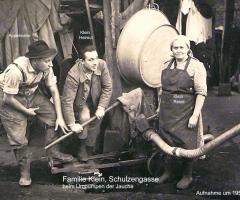 Klein Resel Schulzengasse beim Jauchepumpen 1950