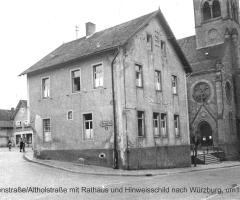 Marienstr mit Rathaus und Hinweisschild nach Würzburg 1935