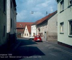 Rosenstr mit rotem VW vor Haus Blinder Anton
