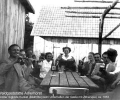 Adlerhorst Tochter Siglinde beim Zitherspiel 1953